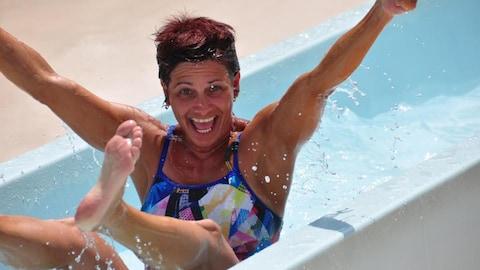 Sylvie Letarte, passionnée de natation de Baie-Comeau (dans une glissade d'eau)