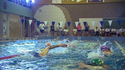 Des participants au 24e Triathlon de Port-Cartier lors de l'épreuve de natation.