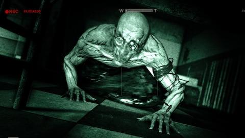 Un monstre rampe sur un plancher.