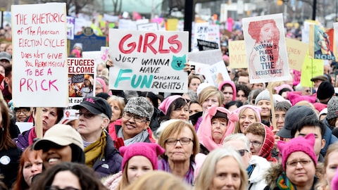 Des femmes de Toronto marchent en soutien à la manifestation des femmes organisée à Washington, le 21 janvier 2017