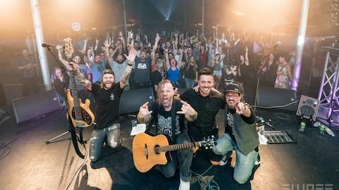 Le groupe Unplugged Band en compagnie de ses fans.