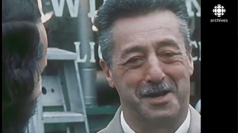 Le commerçant Moe Wilensky est interviewé en face de son magasin en 1973-1974.