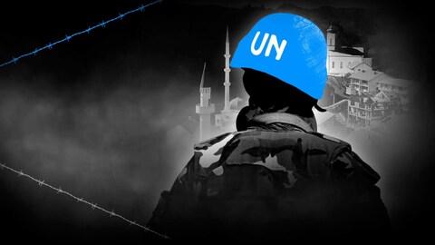Un soldat porte un casque bleu et regarde le paysage à l'horizon.
