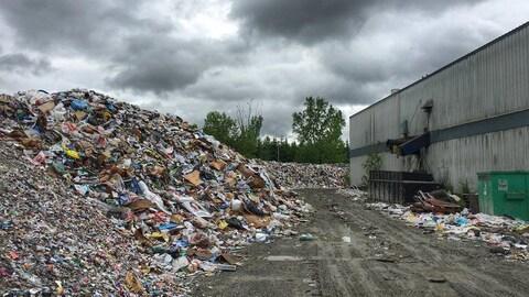 Un amoncellement de déchets dans la cour de Récup Estrie.