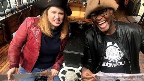 Sarah Murphy et Trésor Otshudi, portant des chapeaux, sur un bateau de pirate.