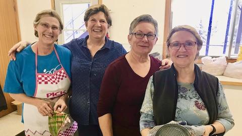 Une photo de quatre femmes réunie pour faire des tourtières