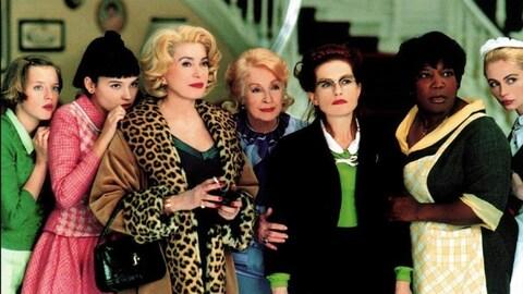 8 femmes côte à côte regardent dans la même direction