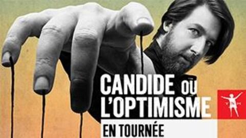 L'affiche de la pièce « Candide ou l'optimiste » met de l'avant le comédien Emmanuel Schwartz qui tient, au bout de ses doigts, des ficelles.