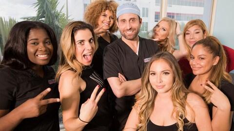 Des femmes entourent un chirurgien esthétique