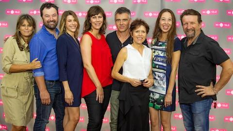 Quelques uns des comédiens de District 31 accompagnés de Fabienne Larouche sur le tapis du lancement d'ICI TÉLÉ.