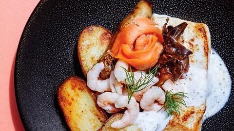 Le poisson est servi avec des pommes de terre