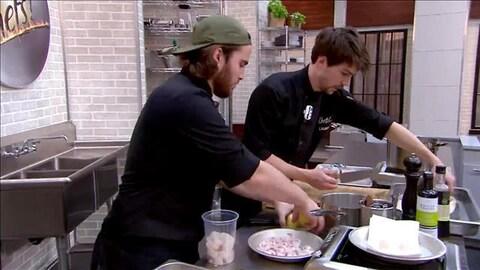 Deux participants de l'émission  Les chefs!  cuisinent des fruits de mer dans le studio.