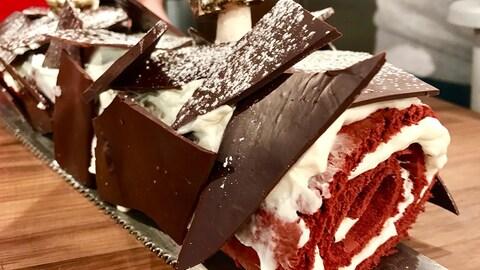 Une bûche de Noël garnie de gros morceaux de chocolat.