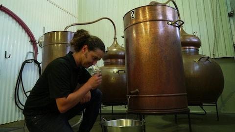 Un distillateur devant sa cuve de pastis.