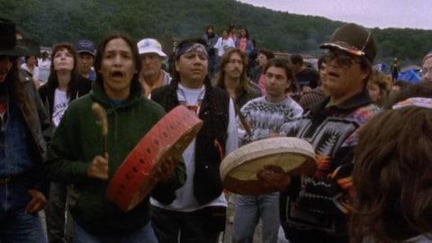 Un groupe d'Autochtones avec des tambours.