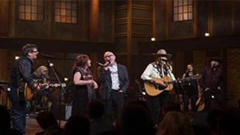 Patrick Normand chante sur la scène de l'émission  Pour l'amour du country .
