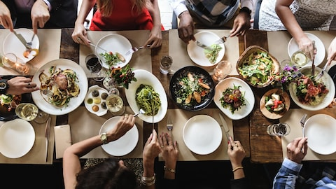 Pourquoi le pourboire de 15% qu'un restaurateur impose à un groupe est-il taxable?
