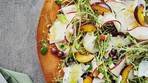 La salade se trouve dans un bol en bois.