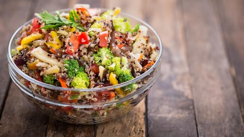 La salade contient des poivrons rouges et jaunes, des brocolis, etc.