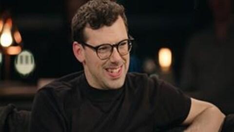 Simon Boulerice sourit dans les studios de  Pour emporter .