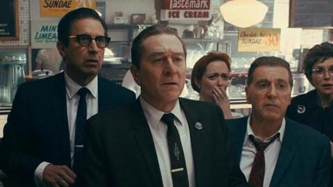 Trois hommes en costumes sombres (dont Robert DeNiro et Al Pacino), l'air choqué.