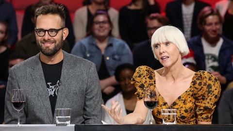 L'animatrice Pénélope McQuade et le cinéaste Hugo Latulippe discutent sur le plateau de l'émission « Tout le monde en parle ».