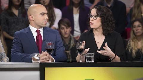 Sur le plateau de Tout le monde en parle, Karine Prémont répond à une question durant l'entrevue.