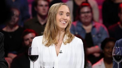 La cinéaste du film « Chien de garde », Sophie Dupuis, sourit sur le plateau de l'émission « Tout le monde en parle ».