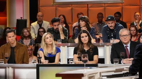 Les invités sont sérieux, assis sur le plateau de Tout le monde en parle.
