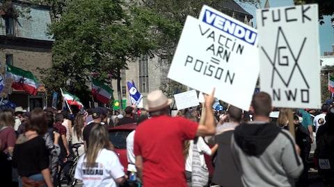 Manifestación de activistas antivacunas con pancartas.