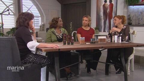Quatre femmes qui discutent autour d'une table.