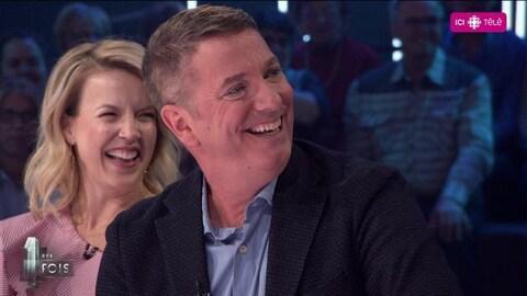 Les deux invités qui éclatent de rire.