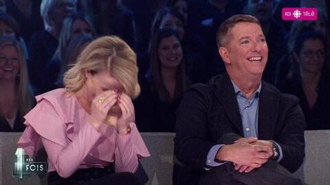 Les deux invités sur le plateau de l'émission. Julie Bélanger se prend la tête avec les deux mains.