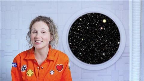 Caroline est dans sa capsule spatiale, à côté du hublot.