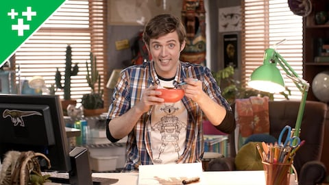 Pierre-Luc prend un liquide avec une cuillère dans un bol.