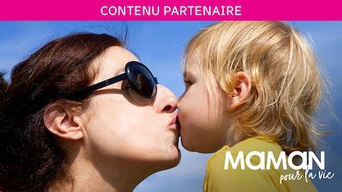 Une maman embrasse son bébé sur la bouche