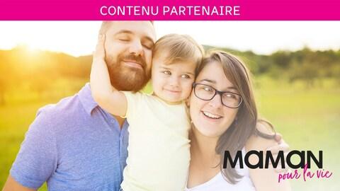 Les parents et leur enfant sourient