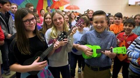 Les enfants chantent dans le gymnase