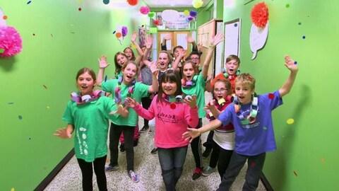 Les enfants dansent et chantent