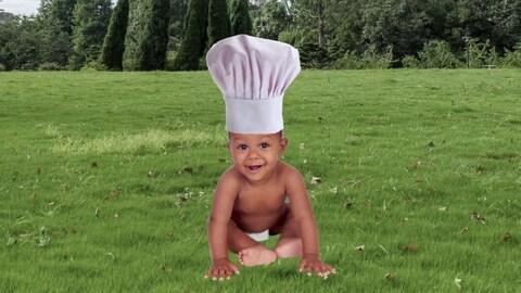 Un bébé avec un chapeau de cuisinier