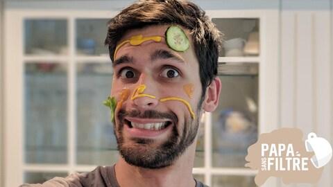 L'humoriste Simon Laroche a le visage barbouillé de nourriture.