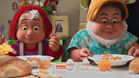 Les deux nains sont à table et s'apprêtent à manger avec plaisir un bon plat de spaghettis.