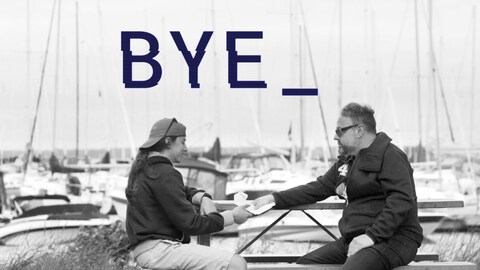 Alexandre Taillefer tend une lettre à une jeune fille avec, en arrière-plan, une marina.