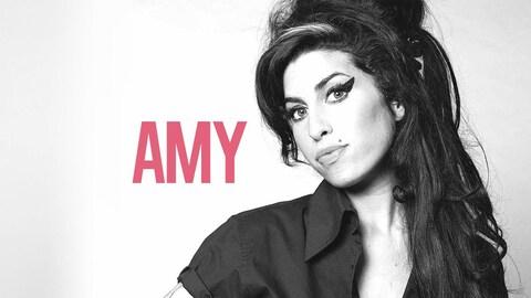 Affiche en noir et blanc avec la chanteuse Amy Winehouse dont on peut lire le prénom à gauche