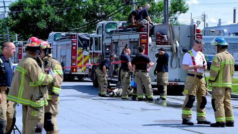 Des pompiers s'affairent après la fin d'un incendie.