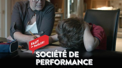 Un enfant sous pression fait ses devoirs