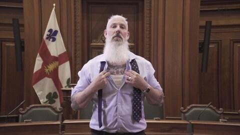 Sterling Downey, Vice-président du conseil municipal de la Ville de Montréal, qui nous présente les tatouages se trouvant sur son torse.
