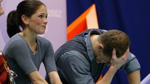 Jamie Sale et David Pelletier viennent d'apprendre qu'ils sont médaillés d'argent des Jeux olympiques de Salt Lake City après leur programme libre en couple.