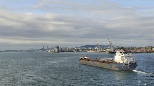 Un navire arrive à Montréal.