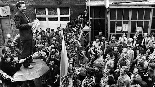 Le syndicaliste et futur président polonais Lech Walesa parle aux grévistes des chantiers navals de Gdansk, en août 1980.